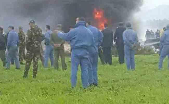 الرياح صعبت من عملية إخماد الطائرة العسكرية الملتهبة التي سقطت في بوفاريك