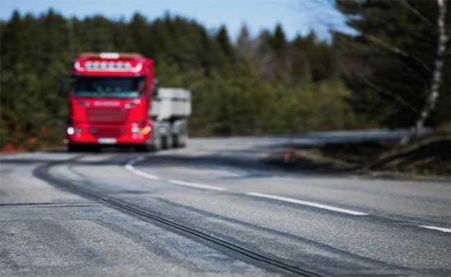 طريق بالسويد تشحن السيارة أثناء عبورها
