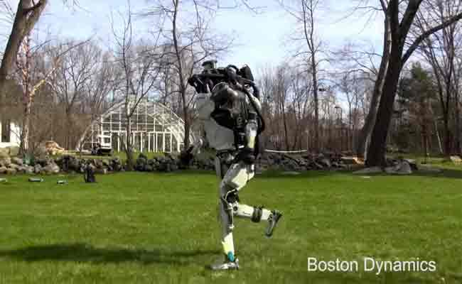الروبوت أطلاس يظهر في فيديو جديد يركض بأحد الحدائق