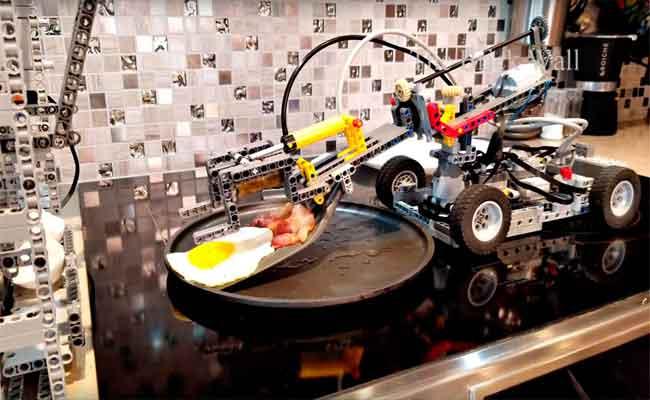 هذا الروبوت من الليجو يستطيع طهي البيض واللحم المقدد
