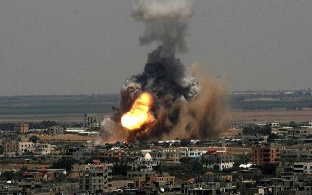 إصابة العشرات ومقتل فلسطينيين في غارة إسرائيلية على غزة