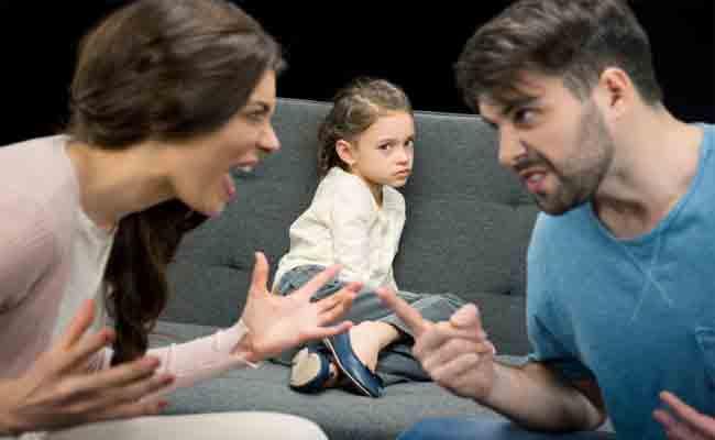 لماذا يعتبر ضرورياً أن تتحكّموا بانفعالاتكم أمام أطفالكم؟