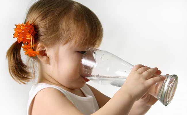 تعرفي على افضل واسوأ المشروبات لطفلك