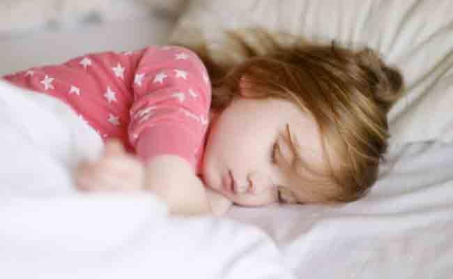 كيف تتعاملون مع كلام طفلكم أثناء النوم؟