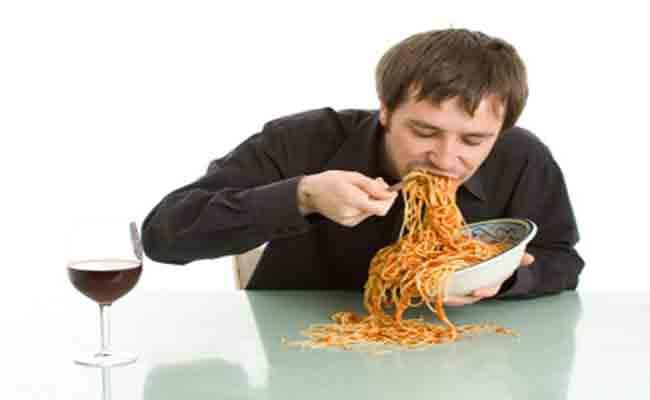 لهذه الأسباب يجب الإمتناع عن تناول الأكل بسرعة