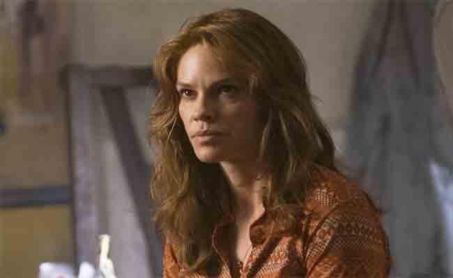 هيلاري سوانك محققة شرطة في فيلم