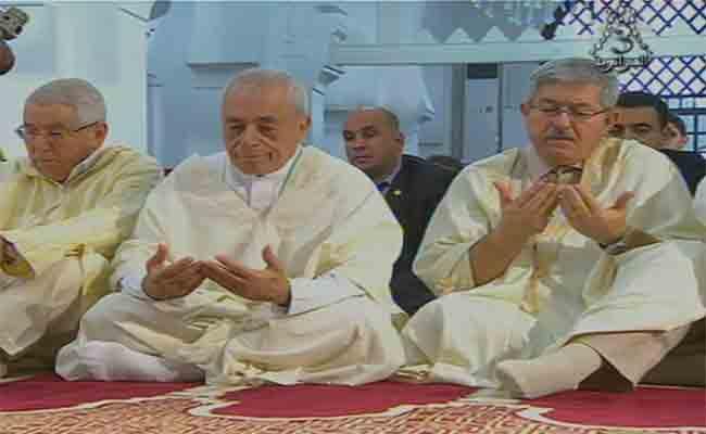 أويحيى رفقة وفد وزاري ودبلوماسيين يؤدون صلاة العيد بالجامع الكبير بالعاصمة
