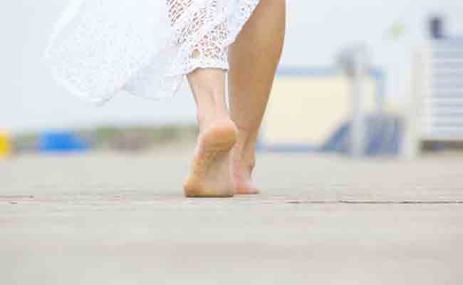 لهذه الفوائد الكثيرة والمذهلة... لا تترددوا بالسير من دون حذاء!