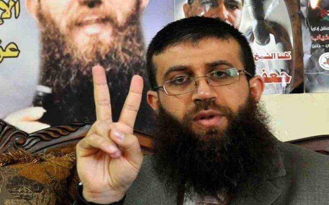 أسير فلسطيني مضرب عن الطعام منذ 57 يوما يقرر الامتناع عن شرب الماء