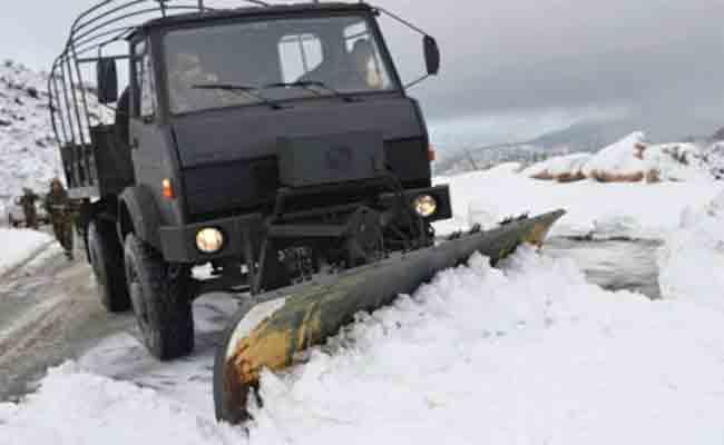 الجيش يفك العزلة عن بلديات بسيدي بلعباس إثر تساقط كثيف للثلوج