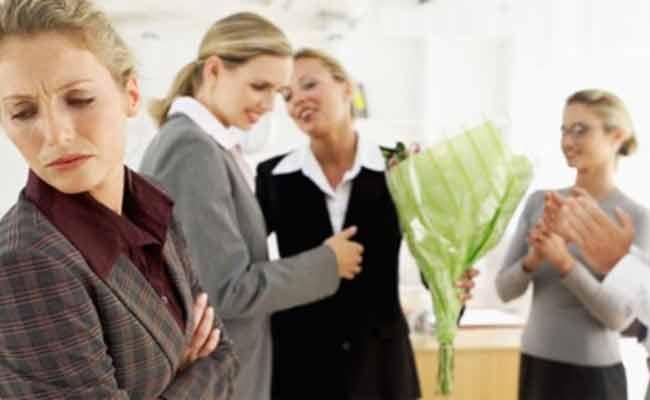 كيف تتعاملين مع زملاء العمل الغيّورين؟