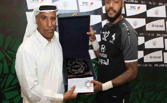 مبولحي يفوز بجائزة بالدوري السعودي