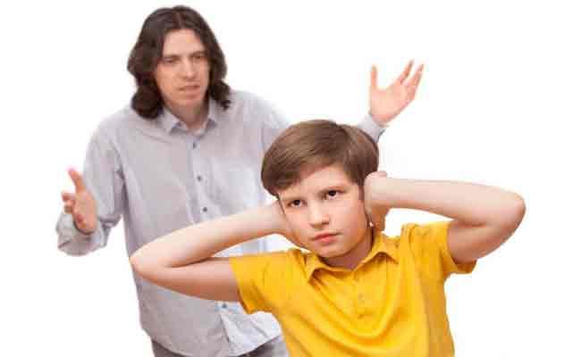 لهذه الأسباب تتزعزع ثقة المراهق بوالديه