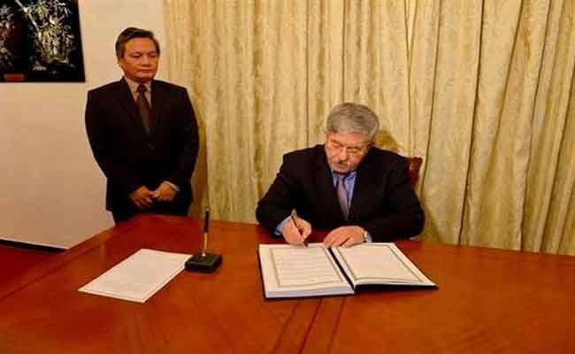 أويحيى يوقع على سجل التعازي إثر وفاة الوزير الأول الفيتنامي السابق