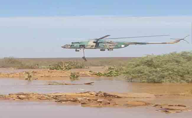 الجيش يتدخل بمروحية لإنقاذ شخصين جرفهم وادي تاخمالت بإليزي