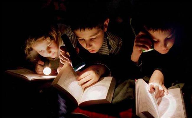 هل القراءة في ضوء خافت تؤذي العيون؟