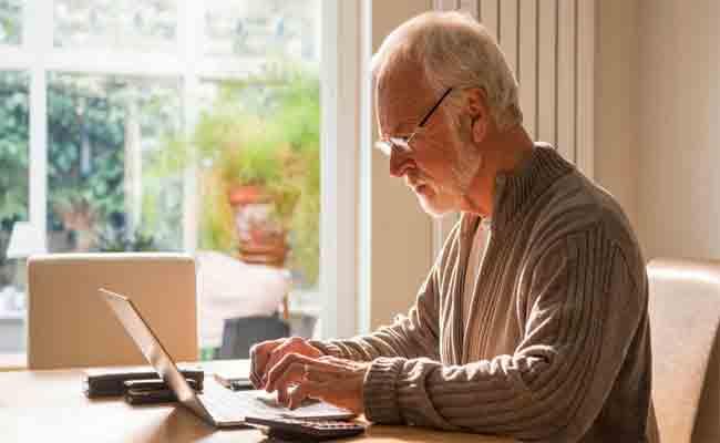 كبار السن أكثر ميولا إلى مشاركة الأخبار المزيفة