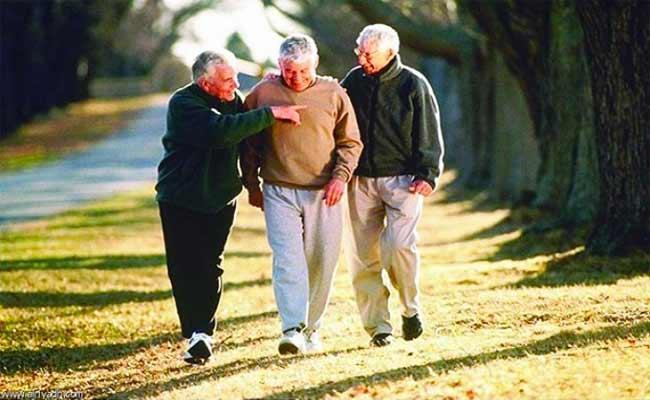 المشي يتغلّب على النّوادي الرياضيّة بفوائده الصحية