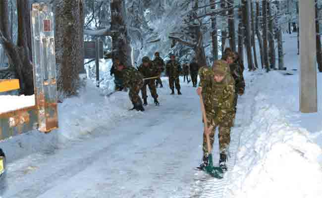 تدخل الجيش لفك العزلة عن مناطق عزلتها الثلوج