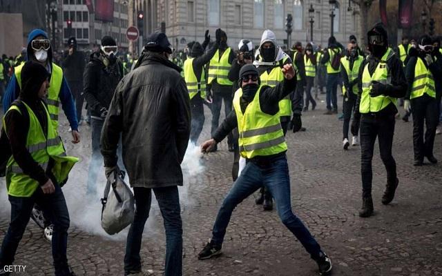 القنابل اليدوية والكرات الوامضة تخرج آلاف من متظاهري السترات الصفراء