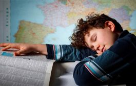 إبنك مراهق ولا ينام كثيراً... ما هي الأسباب؟