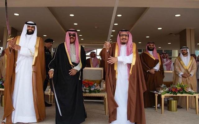 أمير قطري معارض يرقص مع الملك السعودي