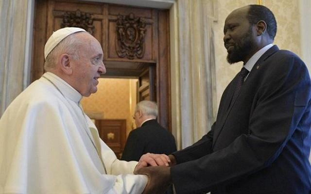 من أجل السلام البابا يقبل أقدام زعماء جنوب السودان