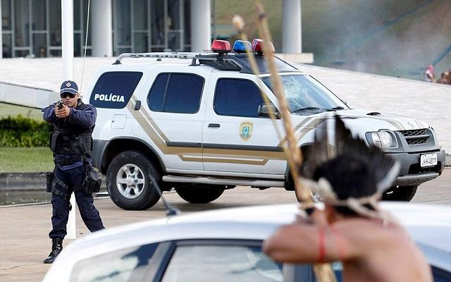 بسبب الأرض سكان البرازيل الأصليون يحتجون ضد الرئيس