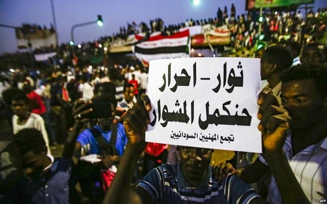 المجلس العسكري يحذر والمتظاهرون يغلقون الطرق في الخرطوم