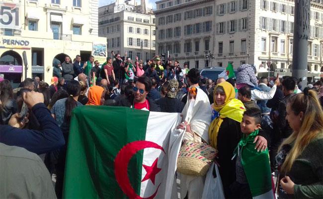 الجالية الجزائرية بفرنسا تطالب برحيل النظام السياسي