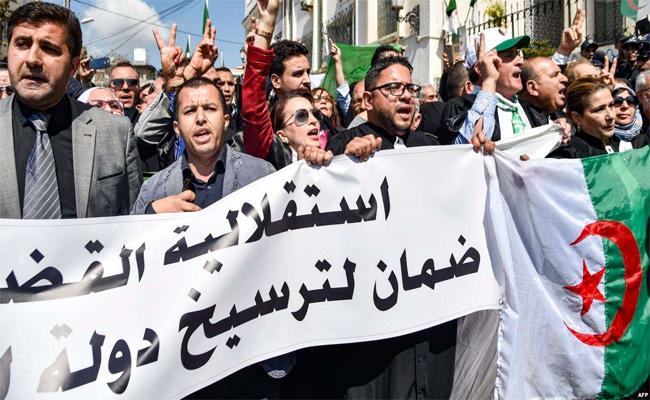 العشرات من المحامين والقضاة ينظمون وقفة احتجاجية أمام وزارة العدل