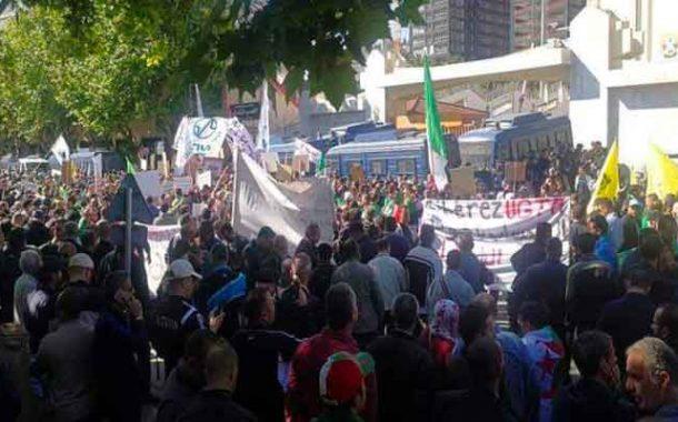 العمال و النقابيون يحتجون أمام مقر الاتحاد العام للعمال الجزائريين للمطالبة برحيل سيدي السعيد