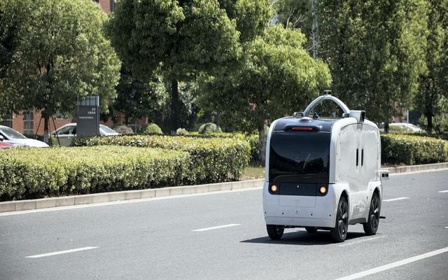 عربات توصيل بدون سائق في الإمارات...