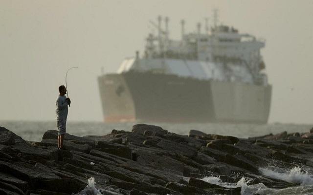بناء على طلب من الولايات المتحدة البحرية البريطانية احتجزت ناقلة نفط متجهة لسوريا