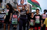 احتجاجات بأمريكا لعدم محاكمة شرطي أبيض قتل رجلا اسود