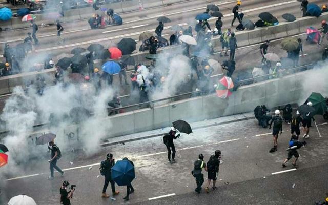 الصين تطلق الغاز المسيل للدموع لتفرقت المتظاهرين