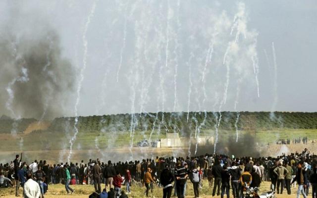 خلال قمع القوات الإسرائيلية لمسيرة العودة أصيب 54 فلسطينيا...