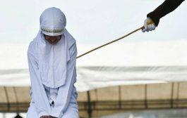 جلد ثلاثة أزواج في  بأندونيسيا بتهمة...