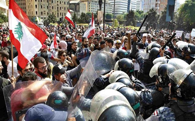 الشعب اللبناني ينتفض احتجاجا على الفساد وتدهور الأوضاع الاقتصادية