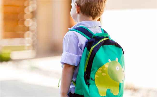 تنبّهوا الى مخاطر الحقيبة الثقيلة على ظهر طفلكم...!