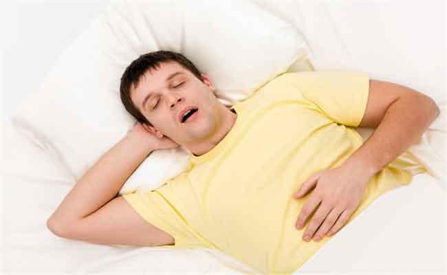 لن تصدّقوا كم من الأضرار يسببها فتح الفم أثناء النوم...