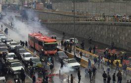محتجون يضرمون النيران في مصرف بإيران