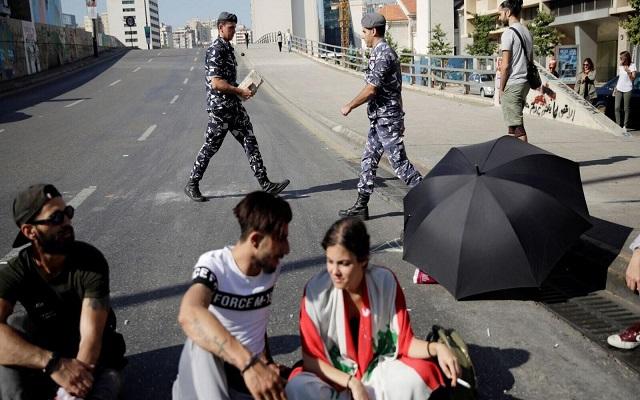 الجيش اللبناني يفتح طرقا التي أغلقها المحتجون ويعتقل عددا منهم