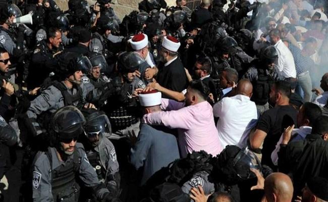 إصابة 10 واعتقال 3 في هجوم للصهاينة على المسجد الأقصى