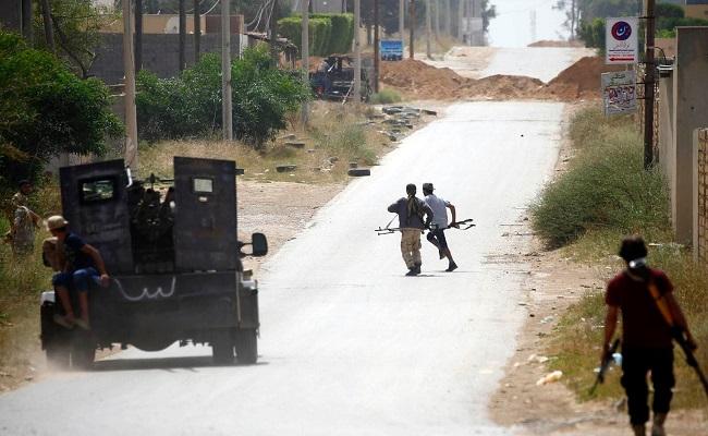 عشرات الجرحى وخمسة قتلى بقصف لقوات حفتر على طرابلس