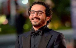 أحمد حلمي يقف على خشبة المسرح ب