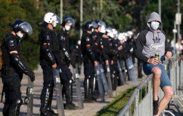 مواجهات بين الشرطة الصربية ومحتجين على حظر التجول