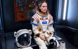 هيلاري سوانك في أول رحلاتها الى الفضاء مع نتفليكس...