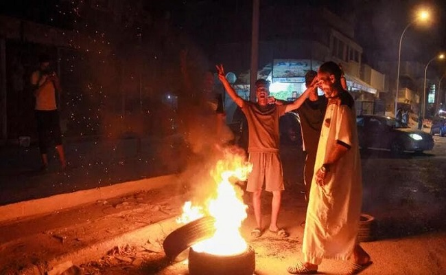 مظاهرين يحرقون مقر الحكومة الموازية بشرق ليبيا