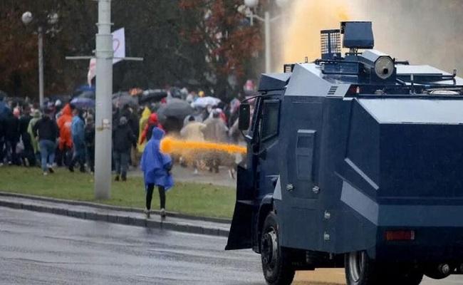 شرطة بيلاروس تهدد المحتجين بالرصاص الحيّ